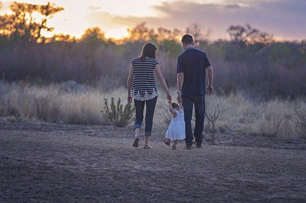 無論貧富,一家人在一起健康的生活就是最幸福的事情。(Pixabay)