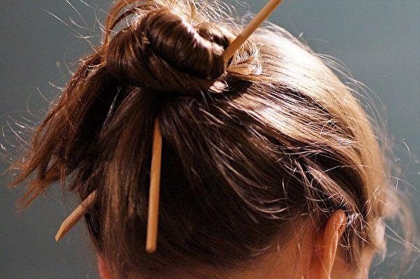 很多长发女生会用筷子来盘发,很别致。(Pixabay)