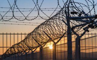 囚犯欲掐死老警察越獄 其他犯人蜂擁而至救獄警