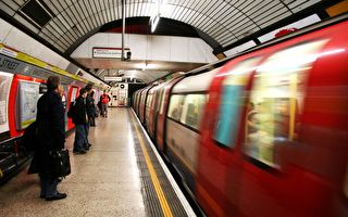 伦敦地铁站内穿越时空与生死的爱情