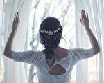 新娘唸婚誓笑場 兩月後她做的事讓眾人落淚