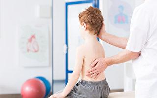 警惕:孩子高低肩 可能是脊椎侧弯