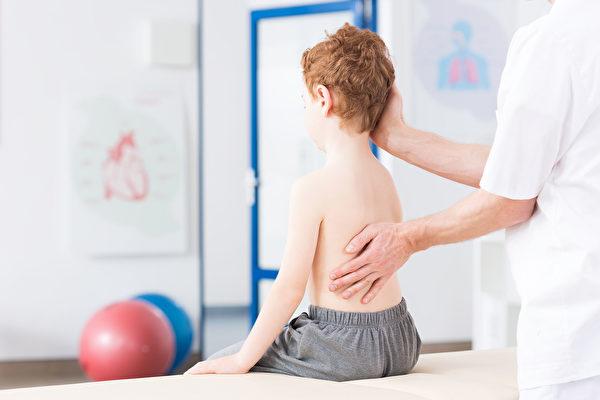 青少年在骨骼成熟前DE 11~13岁期间,通过及时矫正,有望恢复正常脊柱形状。(Shutterstock)