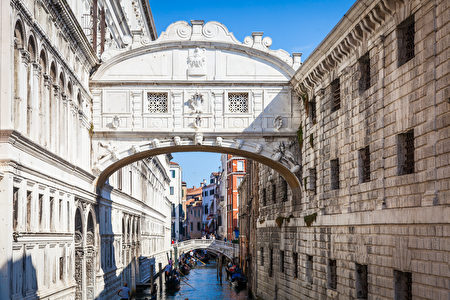 久負盛名的歎息橋(Ponte dei Sospiri)。(shutterstock)