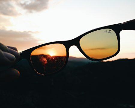 这种太阳镜的视野可以看到其他物体,不适合观看日食的景象。(pixabay)