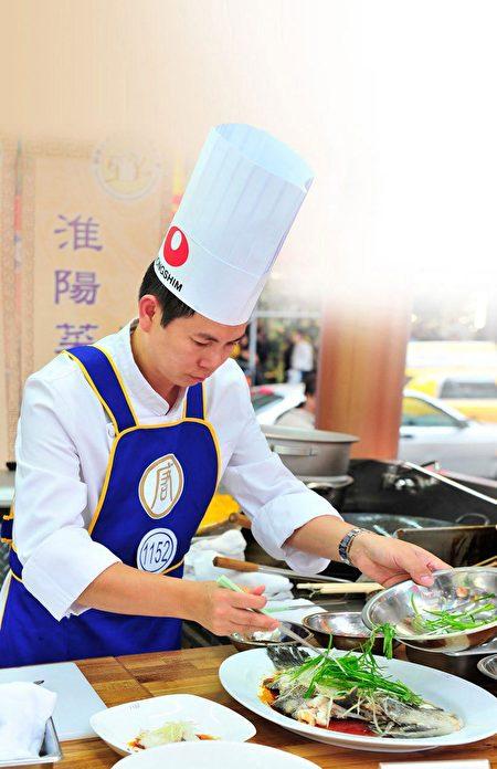 2015年「全世界中國菜廚技大賽」,羅子昭被聘為評委會主席。(新唐人)