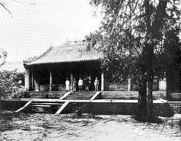 大殿前的少林寺僧人。(公有領域)