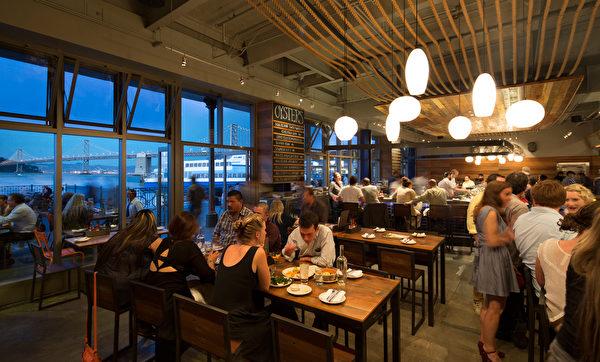 餐廳內用餐的人潮(Hog Island Oyster Co.網站)。(舊金山吃貨,百合提供)