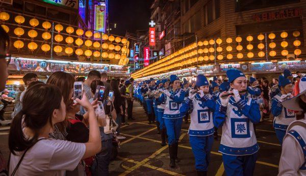 天國樂團所到之處,民眾紛紛拿起手機攝影、錄影。(林志彥/大紀元)