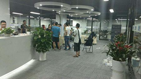 9月21日晚,投资人到学信融经济信息咨询有限公司维权。(受访者提供)