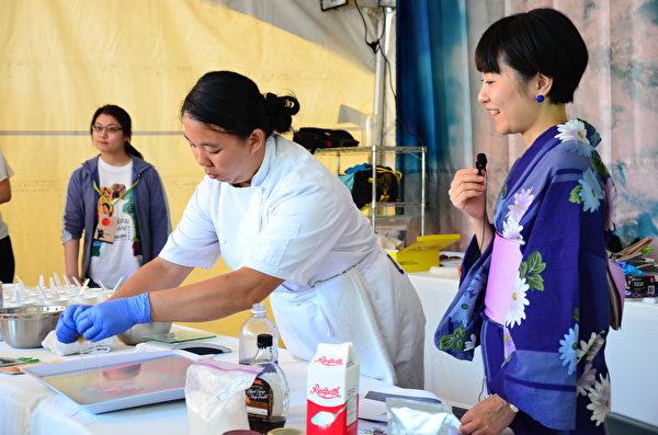 """图: 日本创意甜点创作者会田由衣(Yui)现场演示如何利用柠檬汁和其它食材的相互反应,演化出色彩瑰丽的""""夕阳的味道""""甜点。(余天白/大纪元)"""