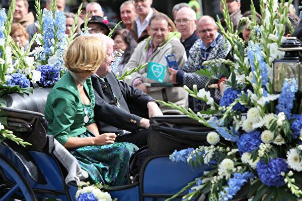 巴伐利亚州长Horst Seehofer和太太的花车来了。(黄芩/大纪元)