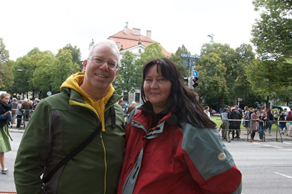 来自德国北部汉堡的Martin Bartels和Mario Kaske夫妇感受到巴伐利亚人对生活的热爱。(黄芩/大纪元)