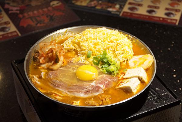 有肉,有蛋,有方便麵的韓國「部隊鍋」,如今在全球都能找到蹤影。(楊婕/大紀元)