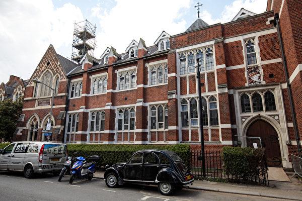 连闯乔治小王子学校 40岁女英王室铁粉