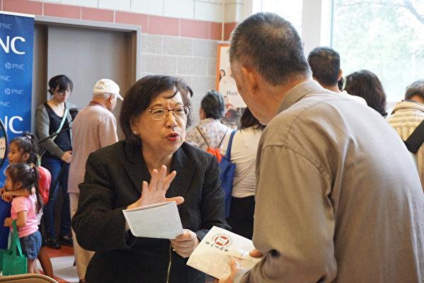 华人互助会代表Connie Chang介绍该机构服务。(温文清/大纪元)