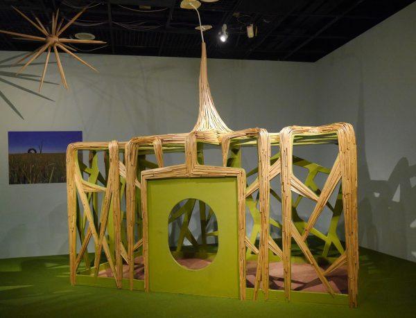 艺术家伊祐以漂流木为主要素材,以说故事方式诠释作品《土地的家》。 (方金媛/大纪元)