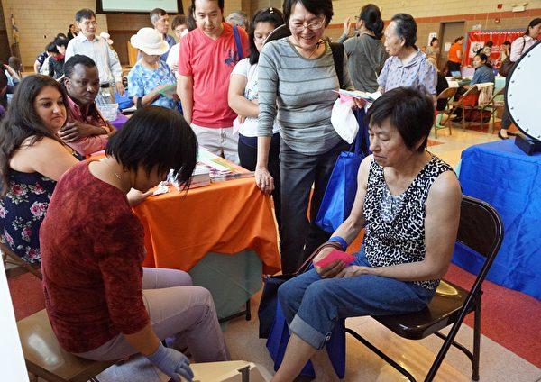 Asian Human Services提供骨密度检测。(温文清/大纪元)
