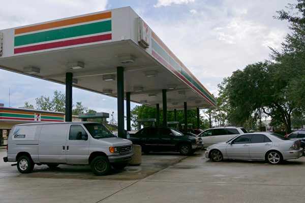 奧蘭多大部分油站週五沒有出現排長隊加油的現象,但有部分油站的部分油品如93號汽油、柴油等出現缺貨。 (岑華穎/大紀元)