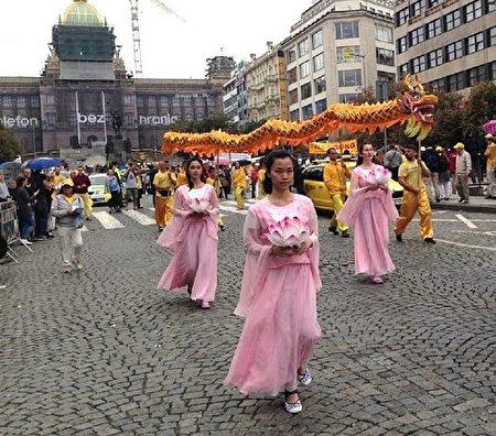 法轮功游行队伍里的舞龙和仙女舞蹈表演(明慧网)