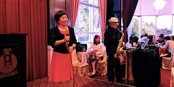 圖:大溫哥華僑學界晚宴招待台僑務委員長吳新興博士,現場勁歌熱舞歡迎吳新興博士的到來。 (邱晨/大紀元)