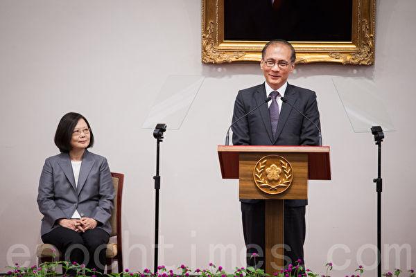 即將卸任的行政院長林全(右)9月5日出席總統府記者會表示,感謝總統蔡英文(左)給他的支持。(陳柏州/大紀元)