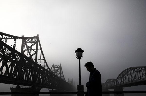有中国学者表示中、朝已经不再是战友,而且短期内两国关系不会改善。中国、朝鲜的边境贸易可能会首当其冲。(Kevin Frayer/Getty Images)