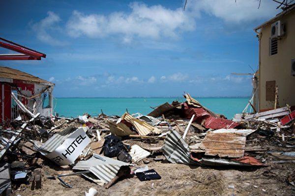 9月11日拍摄的照片显示了加勒比圣马丁岛遭到飓风伊尔玛艾玛袭击后倒塌的建筑物瓦砾。( AFP PHOTO / Martin BUREAU)