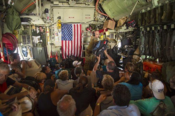 9月10日美军救援人员从St. Maarten将受困民众带往圣胡安、波多黎各。 (AFP PHOTO / New York Air National Guard/ Staff Sgt. Erin Mills)