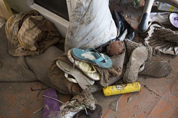 9月12日,佛羅里達礁島群伊拉莫拉達一名居民被艾瑪颶風損壞的物品。( AFP PHOTO / SAUL LOEB)