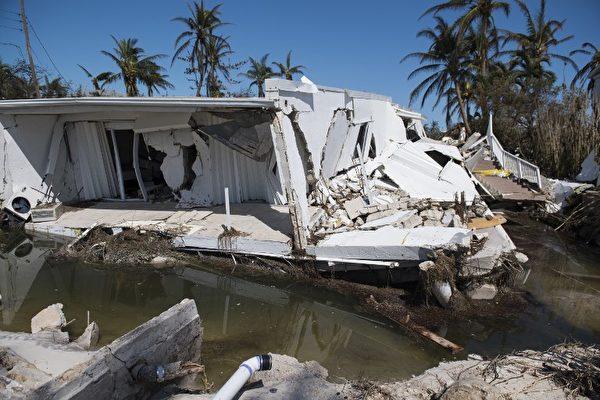 在佛羅里達礁島群伊斯蘭摩拉多,9月12日可看到,艾瑪颶風摧毀的三層高公寓。(AFP PHOTO / SAUL LOEB)
