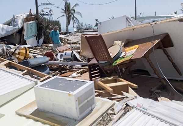 9月12日,在佛羅里達礁島群伊斯拉摩拉達,遭到艾瑪颶風破壞的一個拖車公園。(AFP PHOTO / SAUL LOEB)