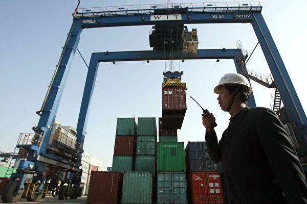 中共政策向左转,引发在华外商撤离潮的话,接下来首当其冲的是对外贸易以及外汇储备压力。 (STR/AFP/Getty Images)