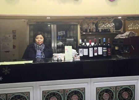 澳洲阿德萊德老字號中餐館女經理曉梅(前排右一),修煉法輪功開啟了健康積極的生活。(曉梅提供)