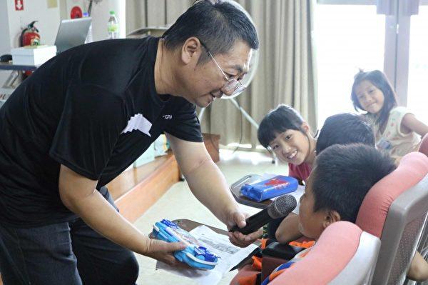 繪本作家李如青從鉛筆盒啟發學童想像力。(宜蘭文化局提供)