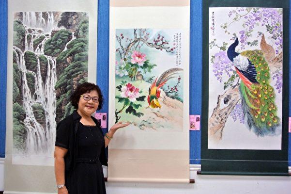 基隆市长青书画会会员陈月娇以丁酉(鸡)年为主题的画作。(周美晴/大纪元)