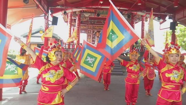 高龄志工旗舞 ,左一即为杨陈阿好女士 。(善美的文化艺术基金会提供)