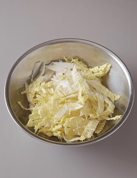 拿另一個碗把娃娃菜、鹽巴丟進去拌勻,醃製約15分鐘(圖:方言出版提供)