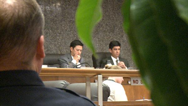 两名市议员聆听民众发言。(李子文/大纪元)