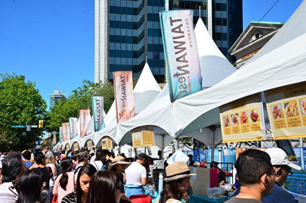 圖: 街頭流水席,熱氣騰騰的台灣小吃讓原已繁華的市中心大道愈加人聲鼎沸。(余天白/大紀元)