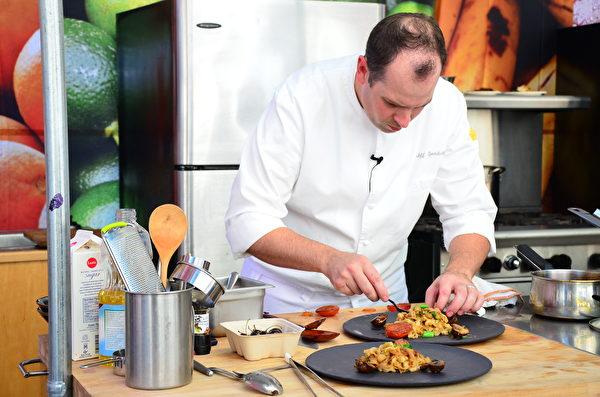 图: 国际泛亚厨艺邀请赛决赛,与赛大厨正在聚精会神完成大赛最后一关-摆盘。(余天白/大纪元)