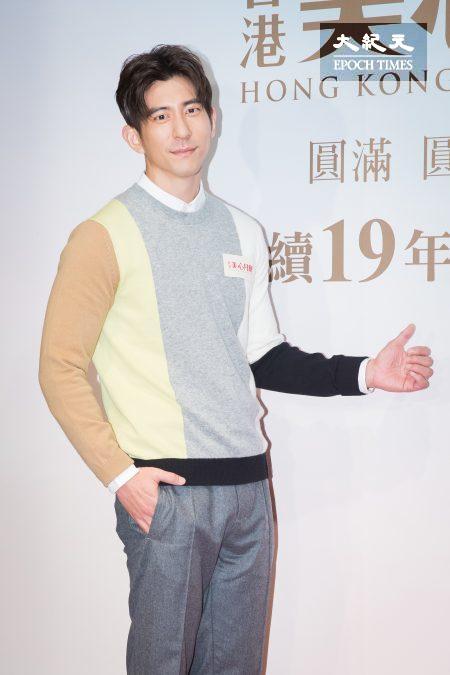修杰楷13日担任一日店长学作广式月饼。