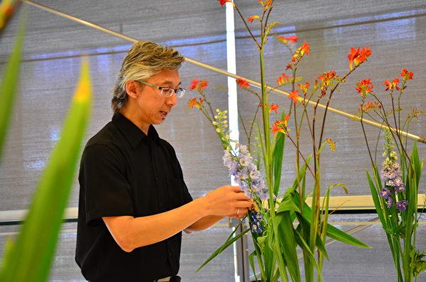 圖: 日本花道講堂,許多參與者初學便創作出典雅怡人的花藝作品。(余天白/大紀元)
