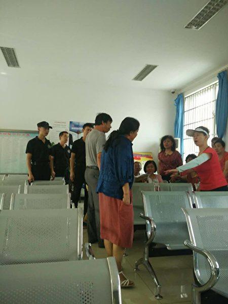 丰台区政府信访办大厅内政府人员和访民的冲突一触即发。(志愿者提供)