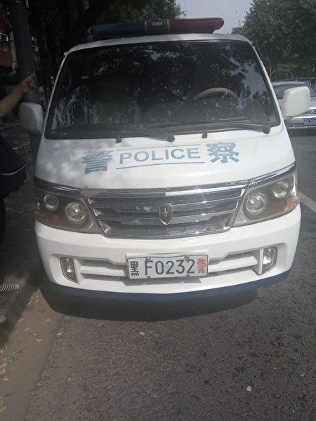 停在民政厅外的警车。(志愿者提供)