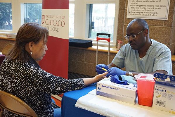 伊州健康部提供血糖、胆固醇筛查伊州健康部。(温文清/大纪元)