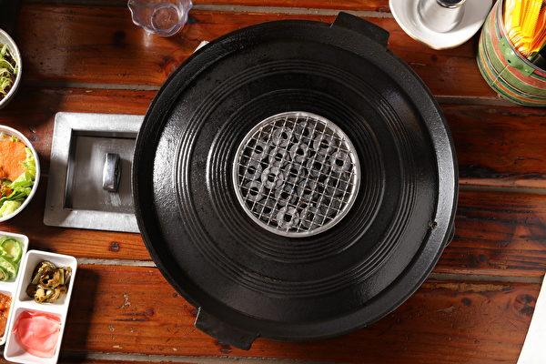 「食客」特製的陶瓷烤盤。(張學慧/大紀元)