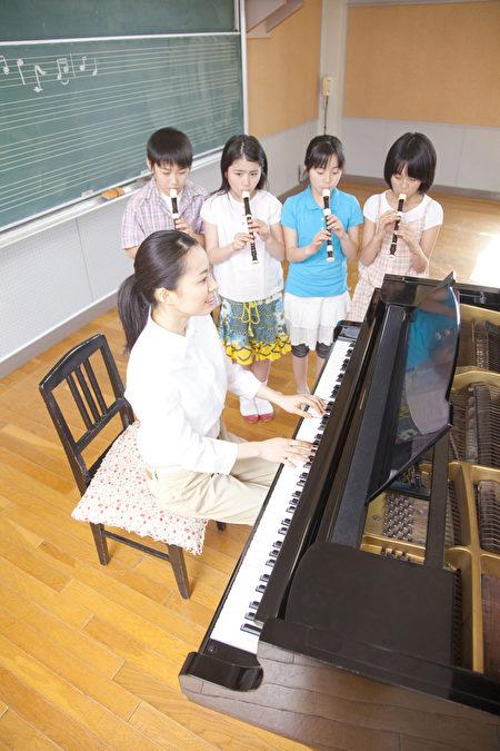 日本學生從小就學習基本禮儀等規矩。圖為日本小學音樂課堂。(Fotolia)