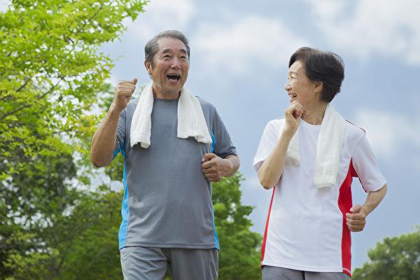 秋季运动量不宜过大,以防出汗过多,阳气耗损,运动宜选择轻松平缓、活动量不大的项目。老年人可以在公园里散散步。 (Fotolia)