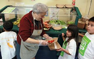 食堂员工在为小学生配发餐饮。(Justin Sullivan/Getty Images)